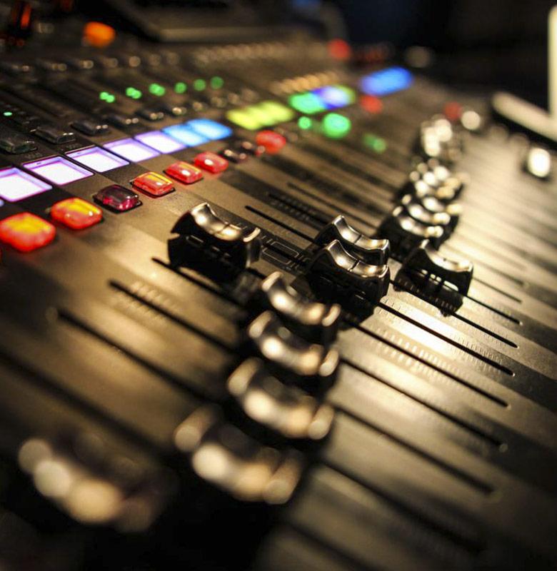 to-become-music-logo-jazz-manouche-stochelo-rosenberg-julien-cattiaux-costel-nitescu-noe-reinhardt-rocky-gresset-django-concert-visu-technicien-photo-thierry-minot
